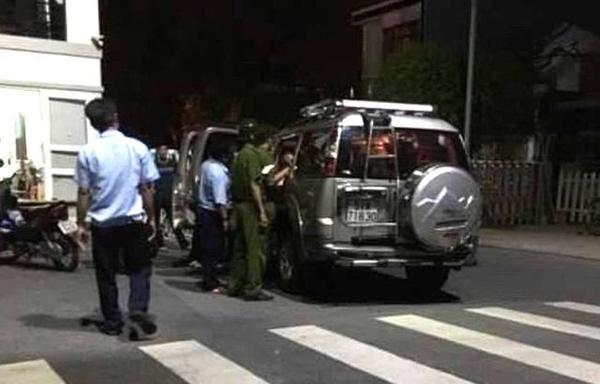 Công an và bảo vệ khu dân cư mời 4 phụ nữ xuống xe. (Ảnh: Dân trí)