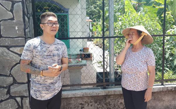 Ca sĩ Khánh Đơn xuống hiện trường vụ việc. Ảnh: Trí Thức Trẻ.