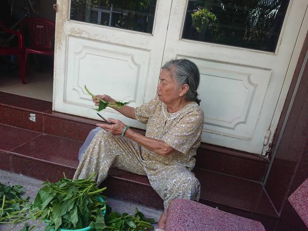 Bà Hà, hàng xóm cũ của mẹ con nghi phạm Hoa và Hà. Ảnh: Báo Bảo vệ Pháp Luật