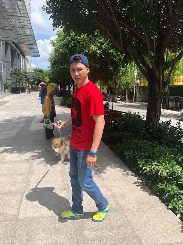 Nam thanh niên dắt chó đi dạo nhưng không rọ mõm nên bị bác bảo vệ chung cư nhắc nhở.