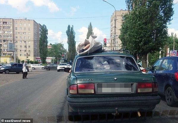 Thi thể người đàn ông bị chất lên nóc xe ô tô
