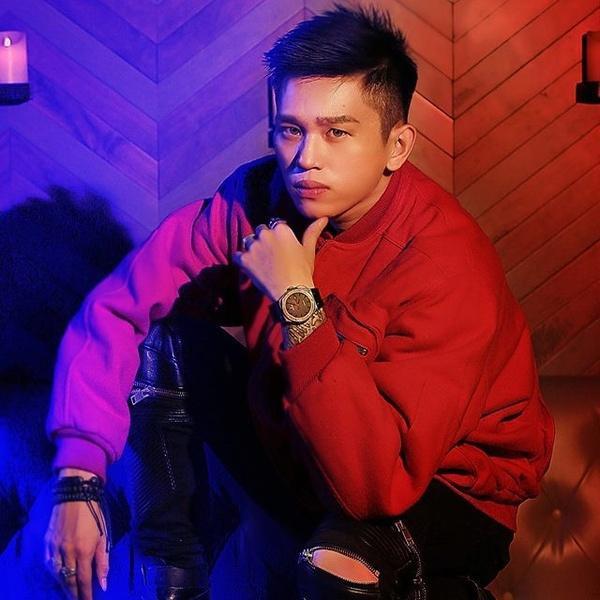 """Chàng rapper cũng """"nổi đình nổi đám"""" không kém - B Ray được nhiều người biết đến tên thật là Trần Thiện Thanh Bảo."""
