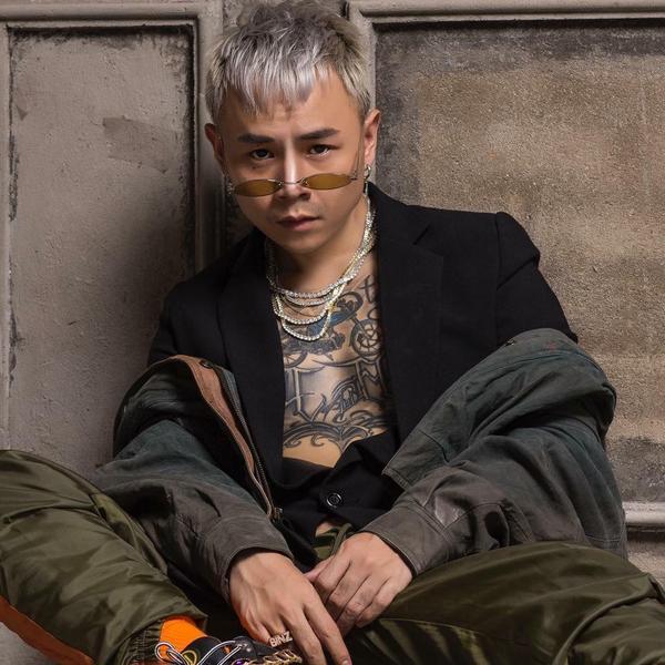 Binz có tên thật là Lê Nguyễn Trung Đan. Trên trang cá nhân của mình anh cũng sử dụng tên thật và để tên là Đan Lê.