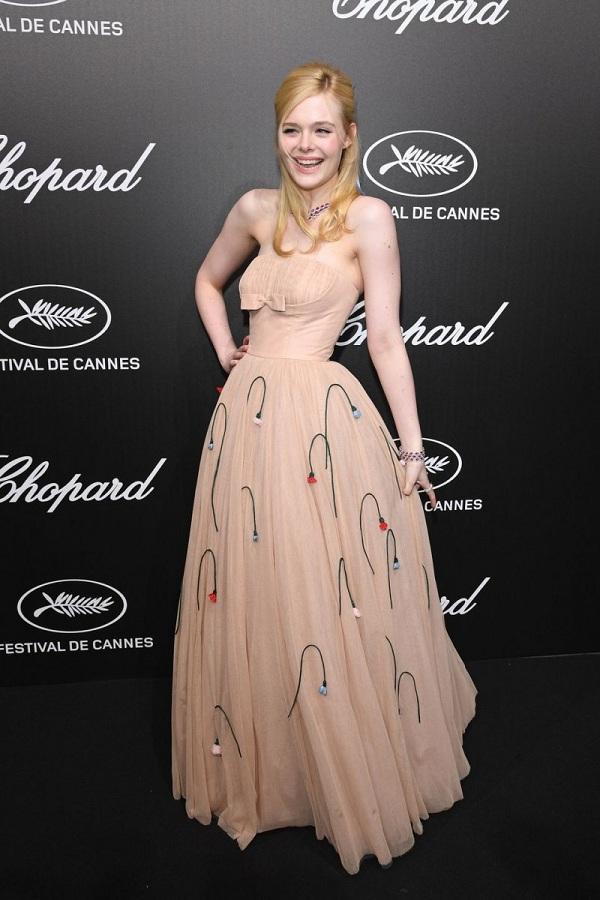 Elle Fanning khoác trên mình thiết kế váy Prada nữ tính màu be cúp ngực khi xuất hiện trên thảm đỏ tại tiệc của Chopard thuộc khuôn khổ LHP Cannes 2019