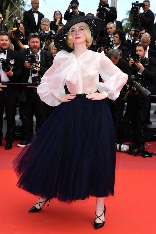 Trang phục gây sốt trên thảm đỏ cách đây không lâu của Elle khi cô hóa thành người đàn bà quý tộc sang chảnh với thiết kế custom-made của nhà Dior.