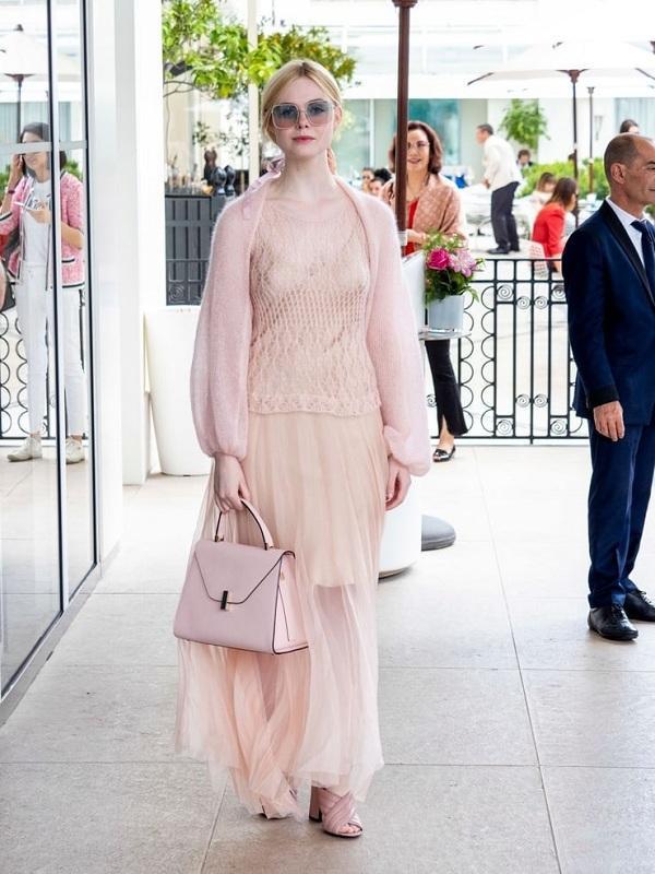 Nhẹ nhàng, nữ tính trong chiếc váy màu be khoác ngoài áo màu hồng phấn