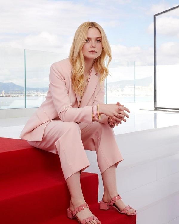 Một chút style nữ tính pha trộn nam tính trong bộ suit hồng phấn nhẹ kết hợp cùng sơmi và phụ kiện xuyệt tông.