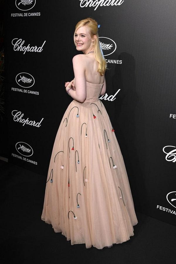 Nữ diễn viên đã cố định vóc dáng bằng một bộ corset siết eo thắt chặt bên trong chiếc váy