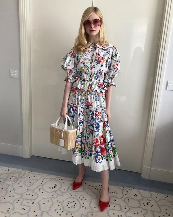 Set đồ váy hoa lá mùa xuân đến từ thương hiệu Marc Jacobs tô điểm mắt kiếng bản to mix cùng chiếc túi chất liệu cói