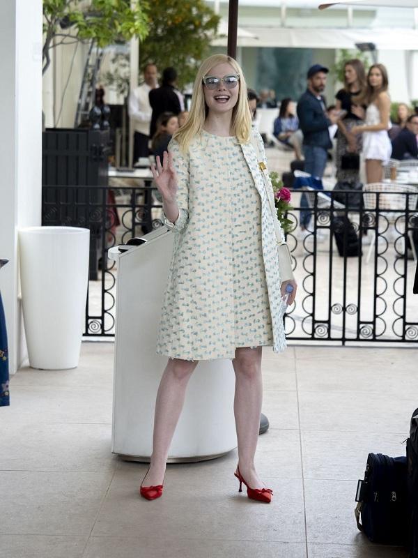 Elle Fanning rạng ngời, trẻ trung khi diện thiết kế trong thiết kế váy chữ A cùng áo khoác tông xuyệt tông của thương hiệu Paule Ka.