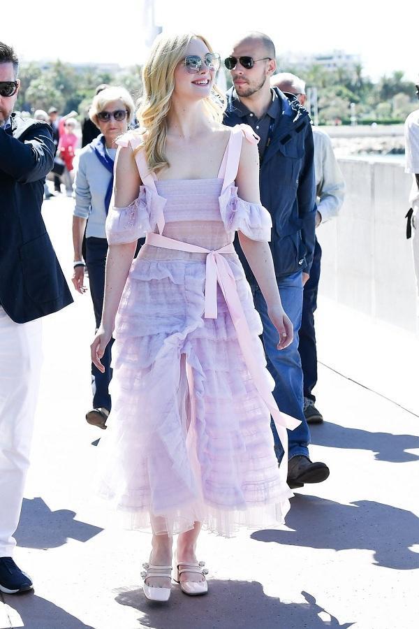 Dạo phố trong khuôn khổ liên hoan phim trong bộ váy vải sheer màu tím mộng mơ từ ntk Ryan Lo