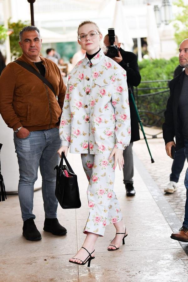Vô cùng đáng yêu nhìn cô đúng với tuổi thật của mình trong bộ suit cách điệu với họa tiết hoa xinh xắn