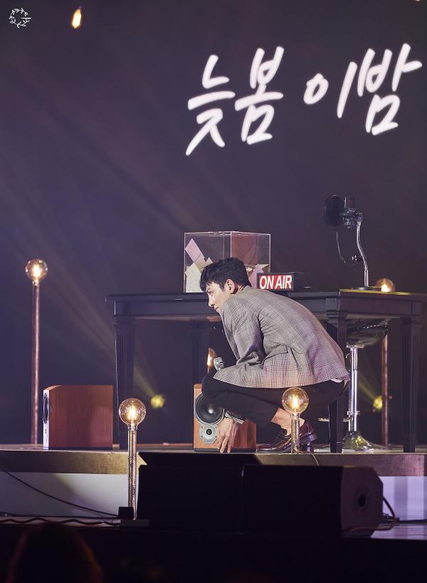 Bộ ảnh trong buổi họp fan của Ji Chang Wook cùng tâm thư: Mùa xuân của anh là các em ảnh 20