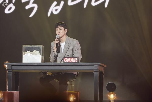 Bộ ảnh trong buổi họp fan của Ji Chang Wook cùng tâm thư: Mùa xuân của anh là các em ảnh 23