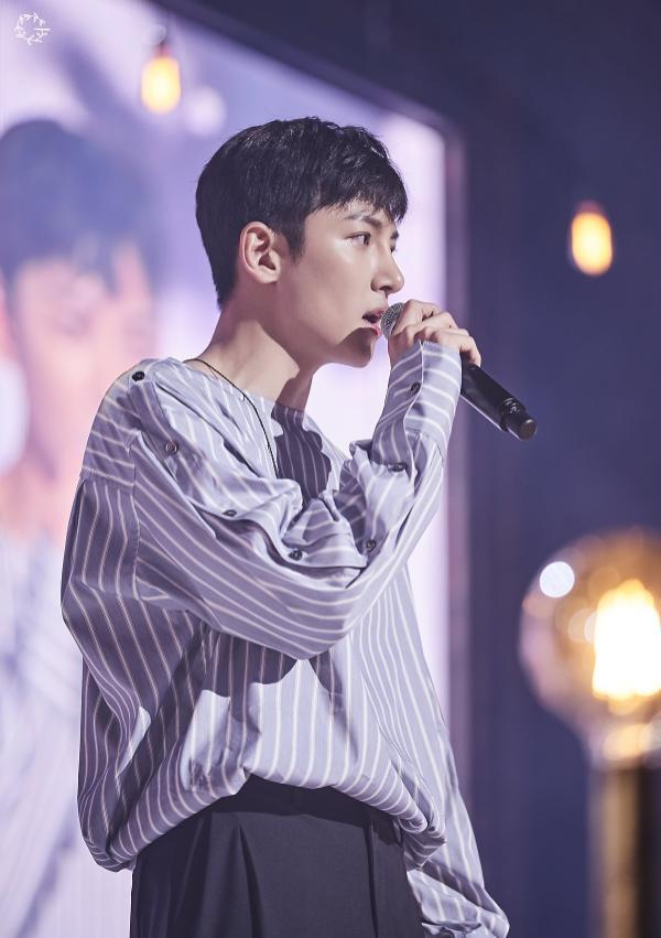 Khoảnh khắc hạnh phúc, kết nối trái tim Ji Chang Wook với hàng ngàn người hâm mộ.
