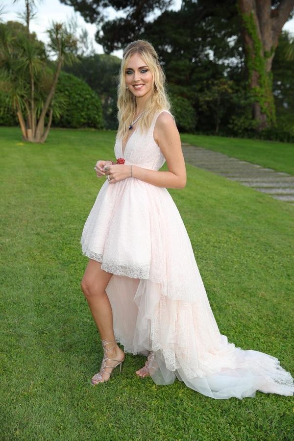 Fashionista Chiara Ferragni trong thiết kế váy trắng với thiết kế so le vạt trước ngắn, phía sau dài thướt tha