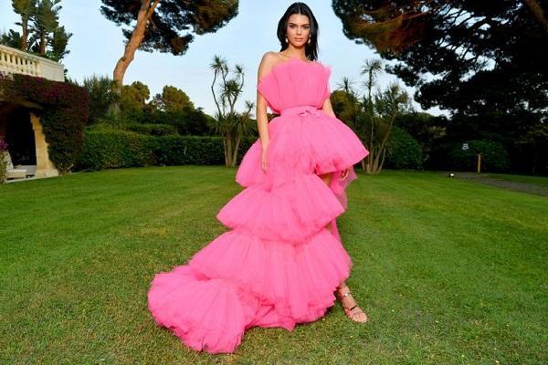 Thiết kế váy của Kendall Jenner trở thành tâm điểm của Cannes đến từ BST hợp tác giữa Giambattista Valli x H&M