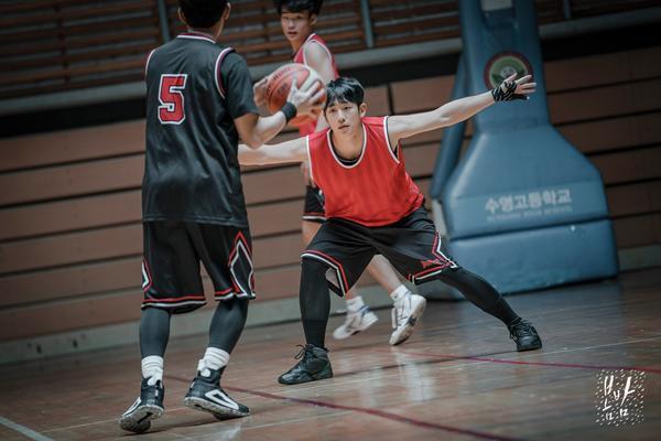Anh ấy thật tuyệt trong bộ đồ bóng rổ.