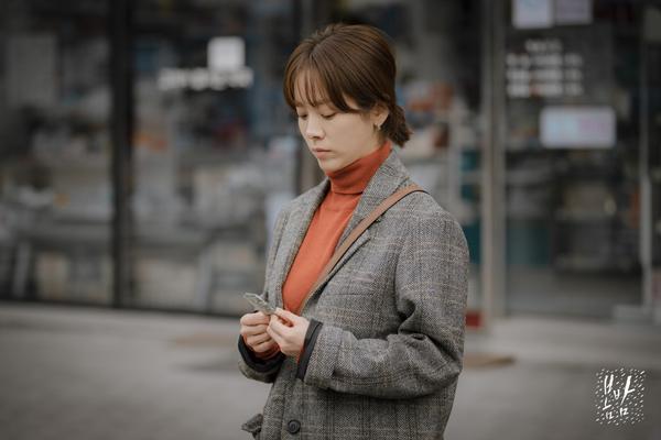 Mua thuốc giải rượu nhưng không mang theo ví tiền. Thậm chí Ji Ho còn cho Jung In mượn tiền để đi taxi.