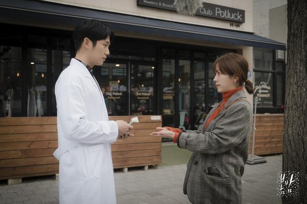Đêm xuân tập 1-2: Khoảnh khắc đẹp như tranh về mối tình chớm nở của Han Ji Min và Jung Hae In ảnh 4