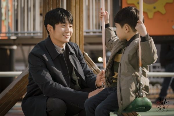 Ji Ho và con trai đi chơi vào cuối tuần.