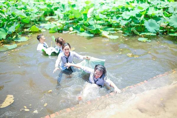 Tổng kết năm học theo cách lầy lội: Học sinh kéo nhau, ném cả bạn xuống ao sen tắm cho mát ảnh 5