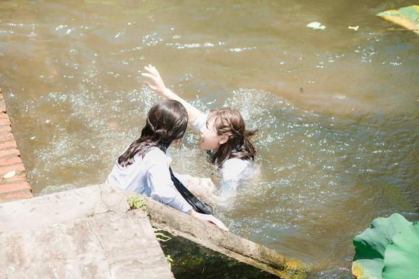 Tổng kết năm học theo cách lầy lội: Học sinh kéo nhau, ném cả bạn xuống ao sen tắm cho mát ảnh 4