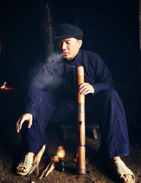 Đàm Vĩnh Hưng phiêu bồng cùng item này và một điếu thuốc lào.
