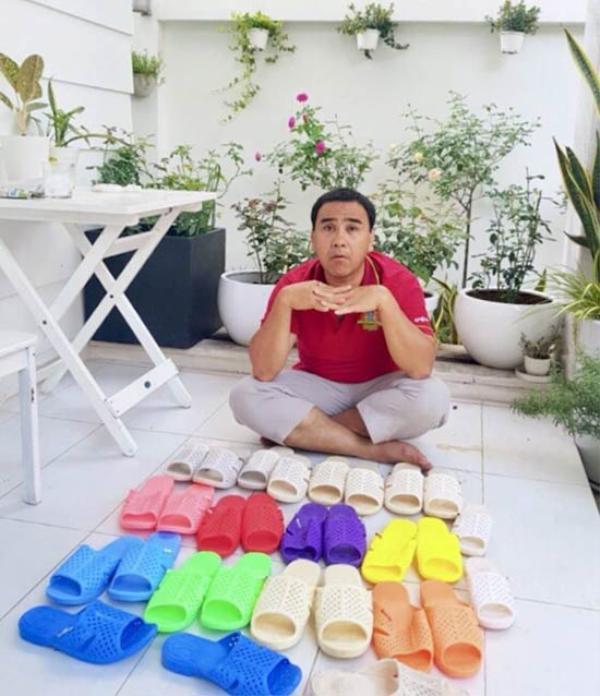 Đến cả bộ sưu tập dép tổ ong đủ màu được Quyền Linh khoe với khán giả.