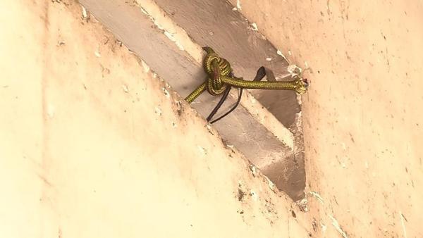 Sợi dây dù mà anh Cường thắt cổ, được buộc trên lỗ thông gió.Ảnh: báo Pháp Luật TP.HCM