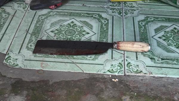Con dao còn dính máu ngay cạnh 3 thi thể.