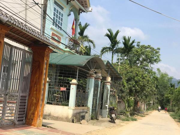 Ngôi nhà bà Hiền (màu xanh) khá khang trang, ở địa phương bà Hiền cũng nổi lên vì giàu nhanh chóng.