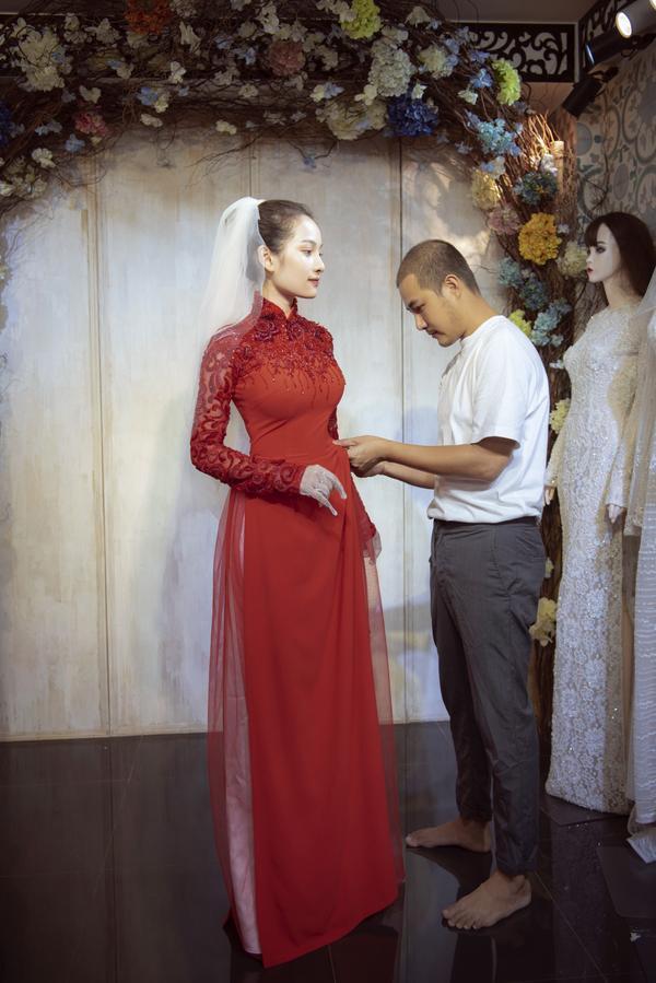 Vợ sắp cưới của Dương Khắc Linh thử áo dài Bảo Bảo khoe trọn vẻ gợi cảm cho ngày trọng đại ảnh 10