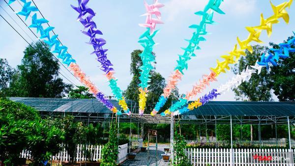 """Tại """"USSH's Garden"""" còn có những dây chong chóng nhiều màu sắc, nối từ khu tiểu cảnh đến vườn ươm giống."""