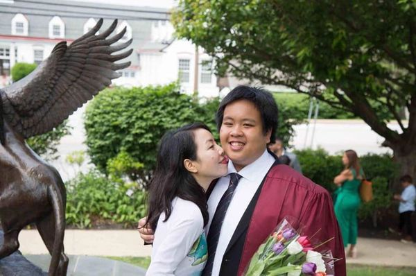 Ba mẹ Đỗ Nhật Nam rất tự hào về thành tích của con trai và đã có mặt tại lễ nhận bằng tốt nghiệp của con.