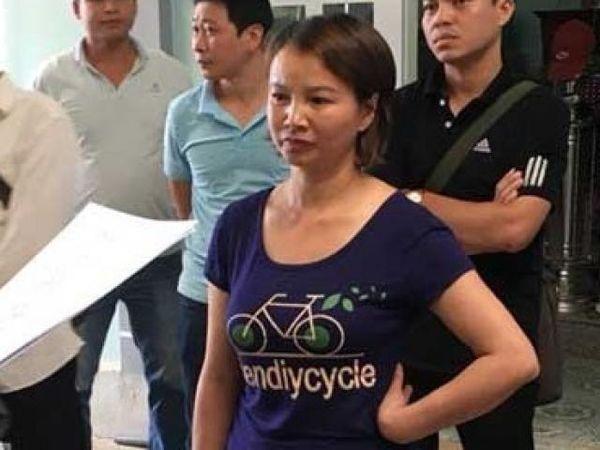 Trước đó, bà Trần Thị Hiền - mẹ nữ sinh Cao Thị Mỹ Duyên nghe cơ quan điều tra đọc lệnh bắt tạm giam.