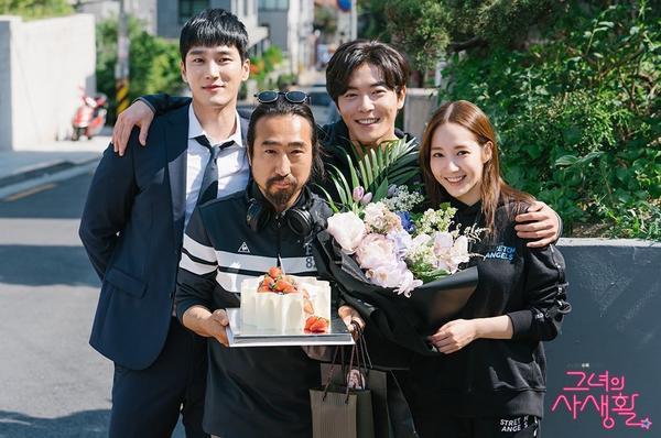 Các diễn viên và đoàn làm phim cũng đã tổ chức một bữa tiệc sinh nhật bất ngờ cho đạo diễn Hong Jong Chan. Kim Jae Wook, Park Min Young và Ahn Bo Hyun đã chụp ảnh cùng anh để kỷ niệm ngày đặc biệt này.
