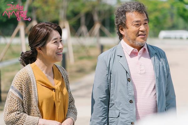 Kim Mi Kyung và Maeng Sang Hoon (đóng vai cha mẹ của Park Min Young) cũng đã tạo bầu không khí ấm áp trên trường quay bằng cách thể hiện tinh thần đồng đội vui vẻ.