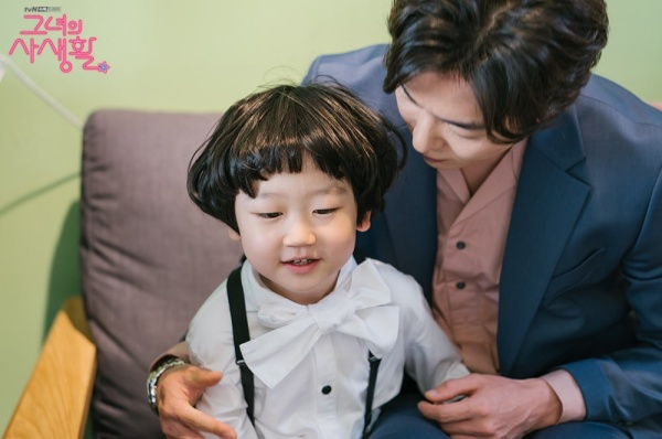 Một cặp nhân vật chưa từng thấy xuất hiện cùng nhau trong bộ phim đó là Kim Jae Wook và Jung Si Yul. Trong ảnh, Kim Jae Wook vòng tay ôm lấy diễn viên nhí và dường như không thể rời mắt khỏi cậu bé.