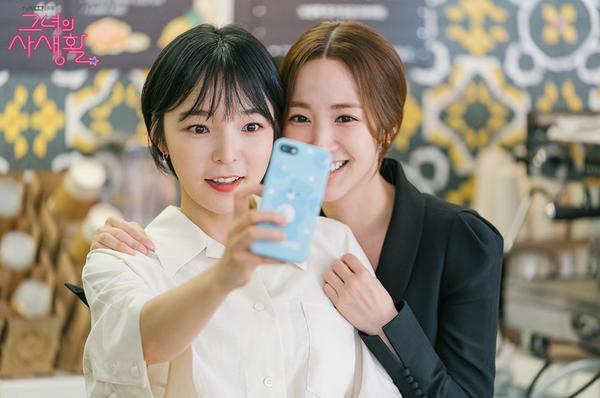 Park Min Young và Park Jin Joo cũng thể hiện được phản ứng hóa học như những người bạn thân thiết. Các diễn viên chụp ảnh tự sướng trên phim trường với nụ cười rạng rỡ.