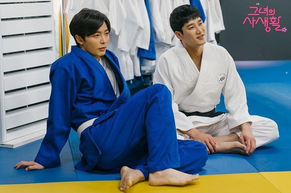 Trong một bức ảnh khác, Kim Jae Wook và Ahn Bo Hyun đóng vai đối thủ tình trường. Tuy nhiên, cả hai đã thể hiện một tình bạn bất ngờ khác và ngồi cạnh nhau trong bộ đồng phục judo.