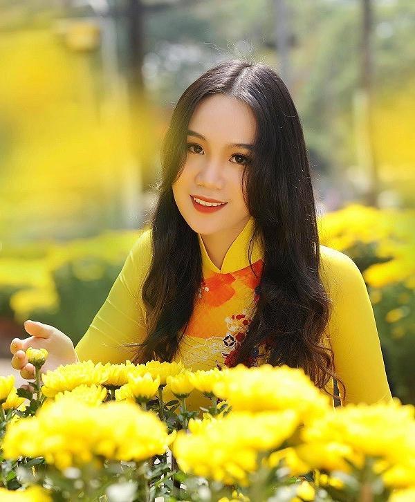 Võ Trịnh Khánh Ngân (2002), cao 1,72m, đang học lớp 11 chuyên Văn của một trường quốc tế tại TP HCM. Cô làcon gái đầu lòngcủa NSUT Trịnh Kim Chi và được nhận xét sở hữu nhan sắc xinh đẹp.