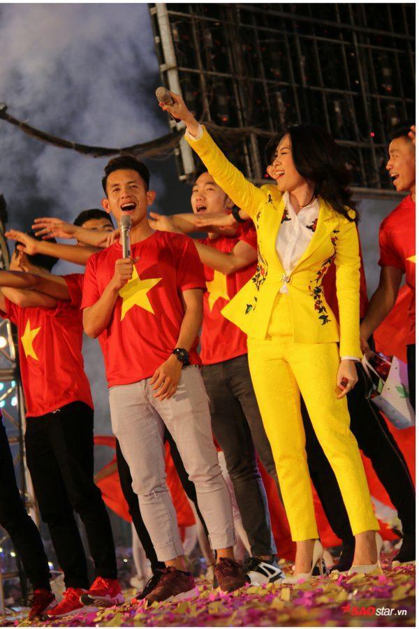 Nguyễn Phong Hồng Duy song ca cùng Mỹ Tâm, màn trình diễn như đốt cháy SVĐ Thống Nhất.
