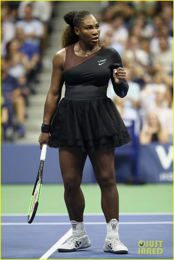 """Để thể hiện thái độ """"tôn trọng"""" như Liên đoàn quần vợt Pháp mong muốn, cô đã thi đấu ở giải US Open bằng cách mặc một chiếc váy tutu (váy dạng xòe) kèm với đôi tất lưới dài màu đen. Cô cho biết mình mặc thêm tất lưới là để ngăn chặn những cục máu đông trong cơ thể."""