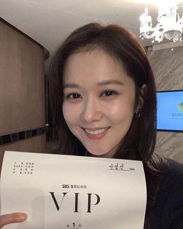 VIP: Hé lộ tạo hình trẻ xinh như hoa của Jang Nara và anh chồng quốc dân Lee Sang Yoon ảnh 1