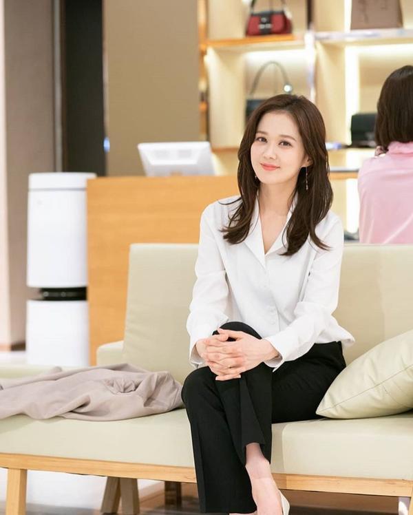 VIP: Hé lộ tạo hình trẻ xinh như hoa của Jang Nara và anh chồng quốc dân Lee Sang Yoon ảnh 0