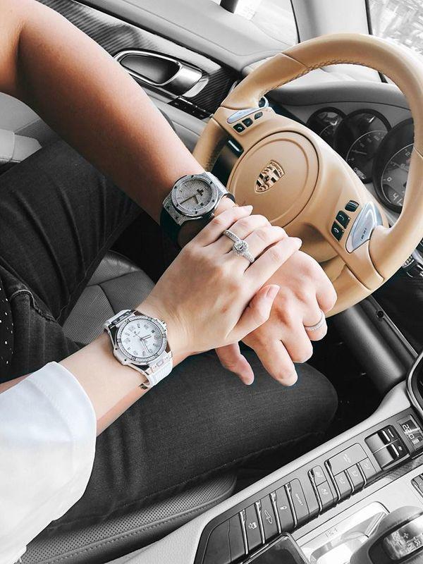 Cô và chồng cũng thường xuyên khoe đồng hồ hiệu…