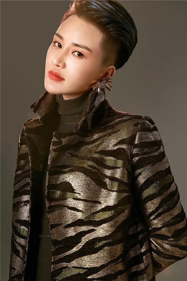 """Không những xinh đẹp, cá tính với mái tóc tém ngắn cá tính mà Loora Wang còn """"hớp hồn"""" các chị em bằng thần thái sang chảnh"""