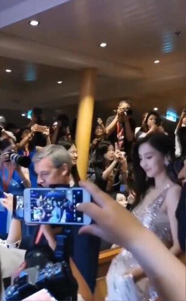 Đập tan tin đồn ly hôn, Huỳnh Hiểu Minh xuất hiện cùng Angelababy, chu đáo nâng váy giúp vợ ảnh 6