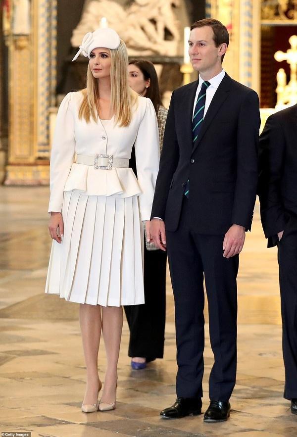 Ivanka Trump xuất hiện đẹp tựa nữ thần trong bộ đầm trắng thanh lịch của nhà thiết kế người Ý Alessandra Rich. Cùng chi tiết chiếc mũ trắng thiết kế lạ cài đầu